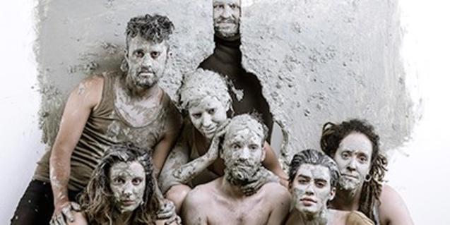Els membres de l'equip artístic coberts de maquillatge blanc