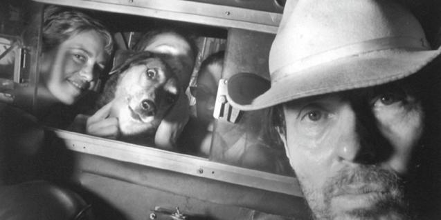 Ryan Weideman retratat dins del seu taxi amb tres passatgeres i el seu gos