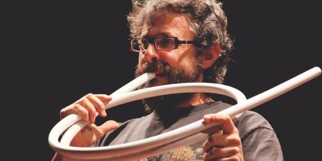 Fotografia de Xavi Lozano tocant un dels seus instruments