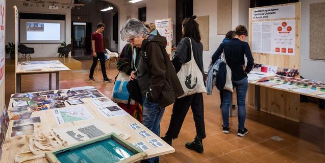 Un grup de visitants recorre l'exposició