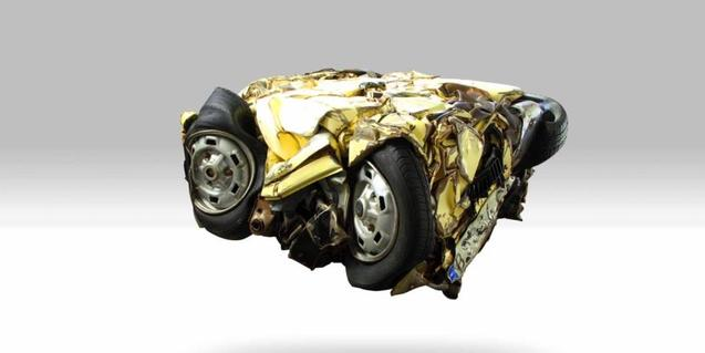 Un vehículo con la carrocería aplastada y comprimida hasta convertirse en una escultura obra de Guillermo Basagoiti