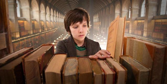 Fotograma de la pel·lícula, el protagonista mira llibres