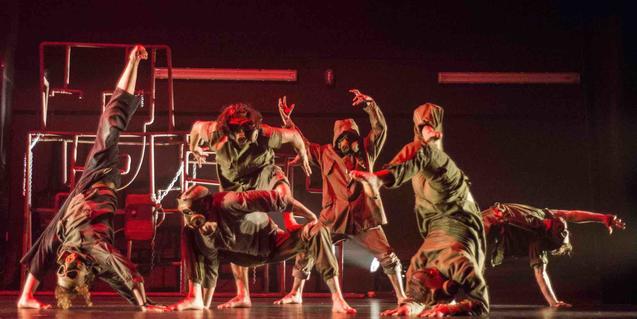 Los Iron Skull, interpretando una corografia de nuevas danzas urbanas