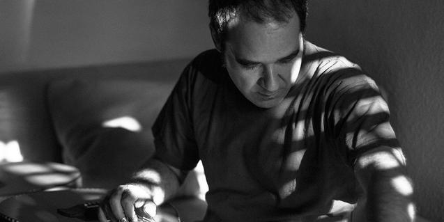Retrat de l'artista Conrado Isasa amb una guitarra