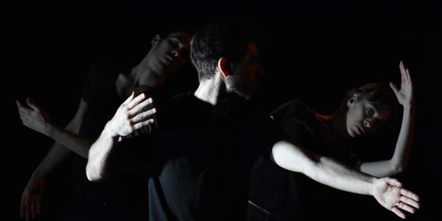 Tres ballarins en plena interpretació d'aquesta coreografia de dansa contemporània