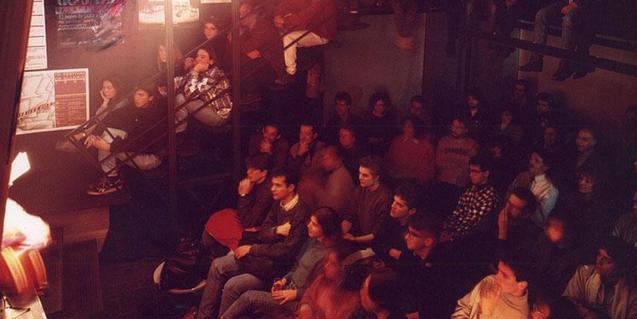 Una de les jam sessions al local de Ciutat Vella amb el públic assegut davant l'escenari