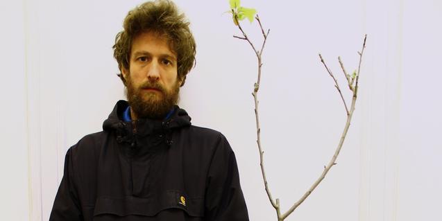 El artista Pep Vidal, con una de las plantas del jardín de Halfhouse