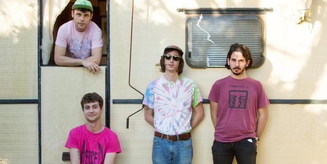 Els components d'aquest quartet retratats davant d'una caravana