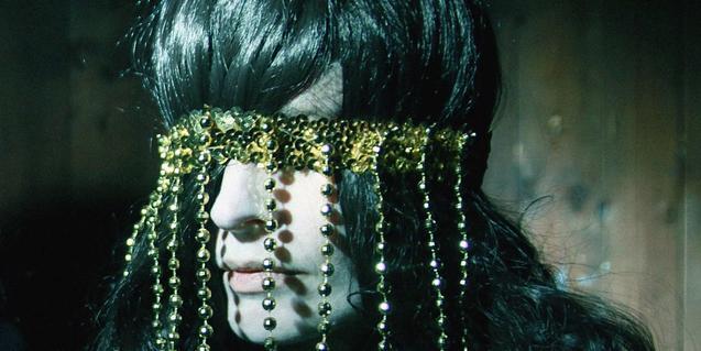 La intèrpret, retratada amb un penjoll que li cobreix els ulls