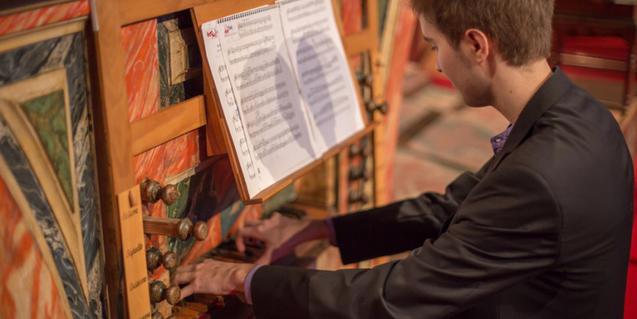 Joan Seguí playing the organ