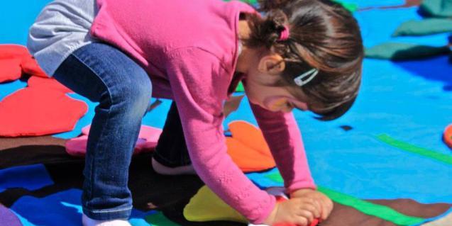 Nena jugant a terra