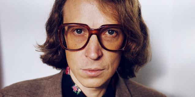 Primer pla de l'artista amb unes grans ulleres de pasta dels anys 60