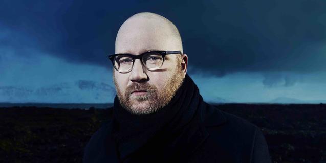 Retrato del músico con un paisaje islandés de fondo