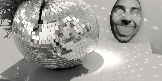 Una gran bola de discoteca i una màscara formen parte de la instal·lació