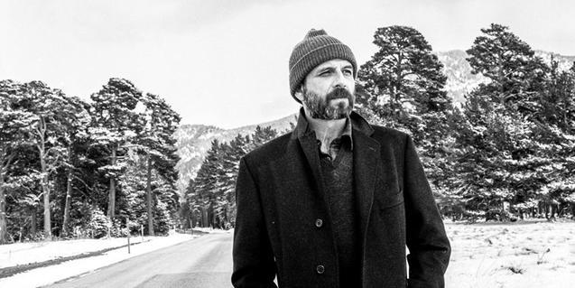 El artista retratado con un gorro de lana en un paisaje nevado