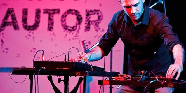 El músico interpretando una composición con instrumentos electrónicos