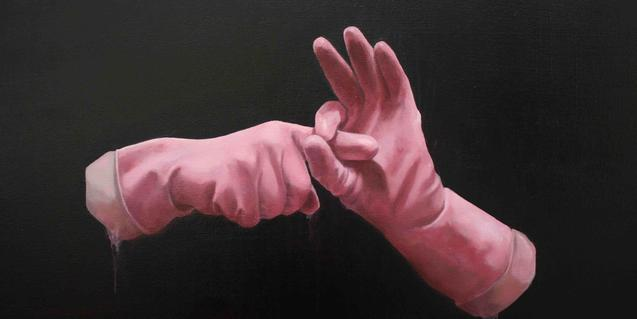 Dos guantes de cocina haciendo un gesto de carácter aparentmente sexual