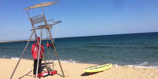 Fotografía de un socorrista junto a su puesto de vigilancia en la playa