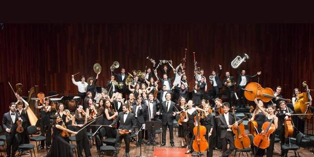 Imatge de família de la Jove Orquestra Simfònica de Barcelona