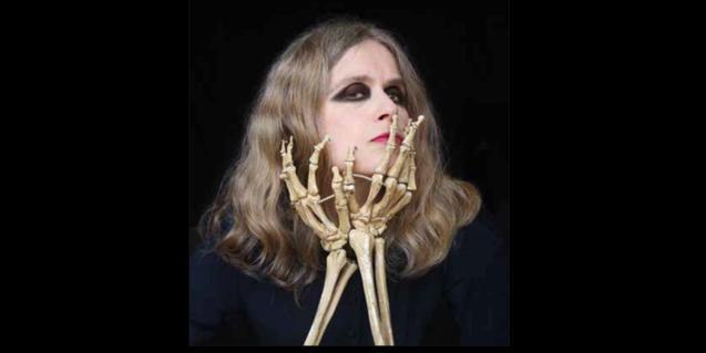 Retrat de l'artista subjectant-se la casa amb dues mans d'esquelet