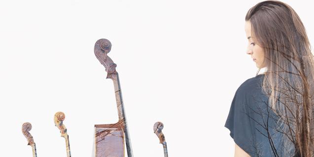 La cantant Judit Neddermann es mira els instruments musicals dels integrants del Quartet Brossa