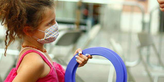 Una nena, participant en una activitat.
