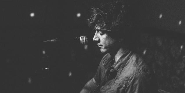 Retrat del músic de Bayona en blanc i negre i davant d'un micròfon
