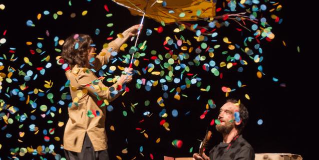 Fotografia de l'espectacle, els dos actors a l'escenari amb confetti