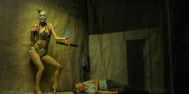 Una bailarina interpreta su danza junto al cuerpo de un hombre tendido en el suelo