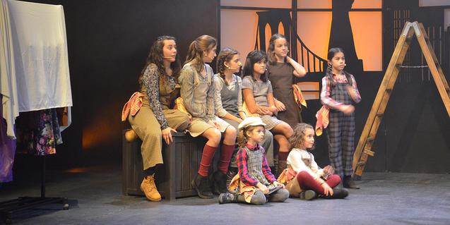 Las jóvenes protagonistas, observando la función entre bastidores.