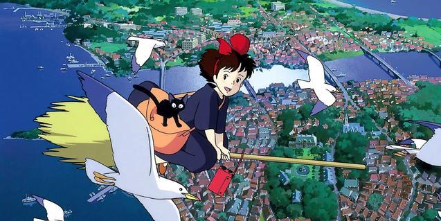Fotograma de la película en el que se ve la protagonista volando encima la escoba