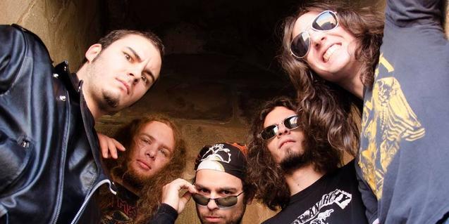 Los cinco miembros de la banda de heavy metal retratados desde abajo