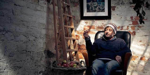 El músico escocés con una manzana en la mano