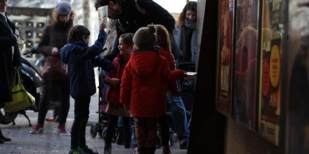 Niños y niñas antes de entrar al cine
