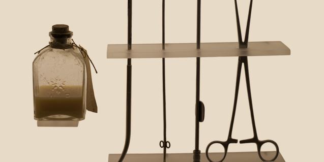 Vista parcial de 'Kit de instrumentos ilegal', una de las fotografías de la exposición