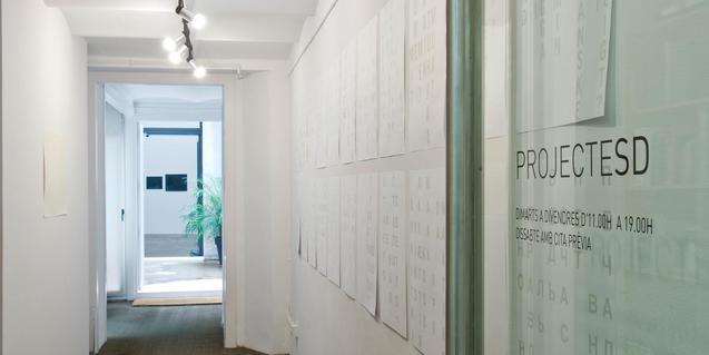 Vista de la entrada a la galería donde tiene lugar la exposición