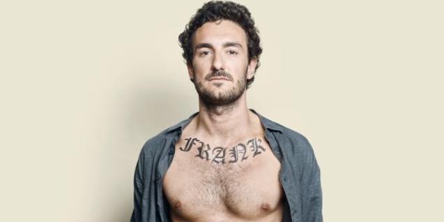 El protagonista mirant a la càmera amb el nom de Frank tatuat al pit.