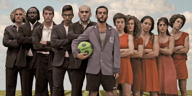 Foto de família de futbolistes, ballarines i àrbitre de 'La partida'