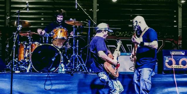 Los integrantes de la banda en plena actuación