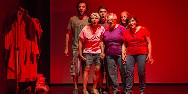 Unos jóvenes actores y actrices con las vecinas del Casc Antic que protagonizan el espectáculo