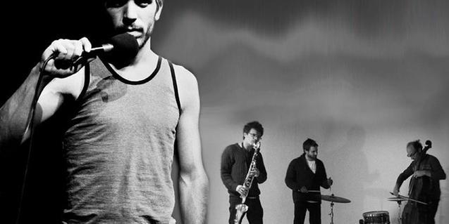 Un actor con un micro en la mano y unos músicos en segundo plano