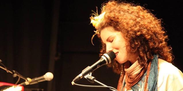 Retrat de la intèrpret La Cris, cantant i tocant els teclats