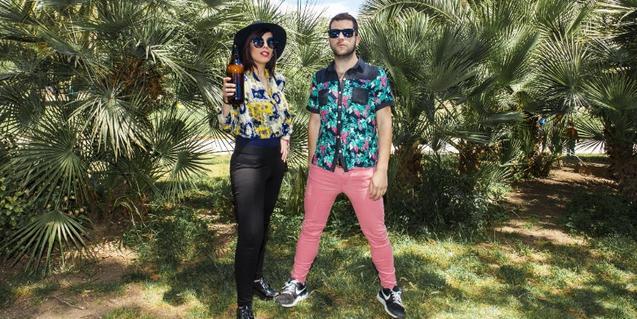 Los dos integrantes de la banda de electropop retratados entre palmeras