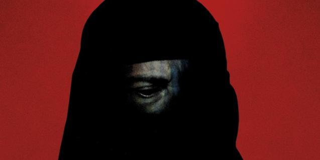 Retrato de una persona con la cabeza y parte de la cara cubiertas por un velo