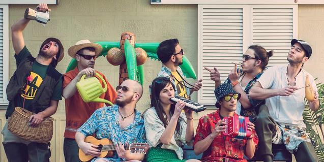 Els membres d'aquest grup multitudinari, retratats al carrer amb els seus instruments musicals