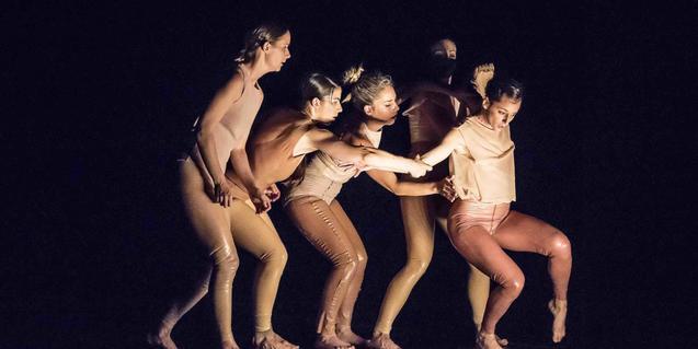 Cinco bailarinas vestidas de látex en un momento de la representación