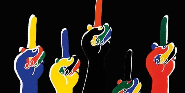 Cinco dedos de cinco manos con los colores del movimento olímpico levantados en un gesto irreverente