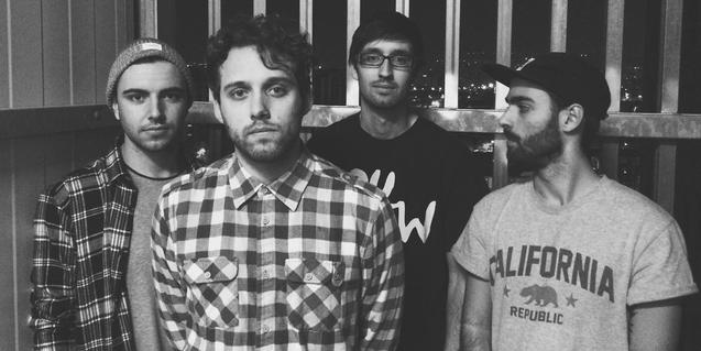 Retrato en blanco y negro de los cuatro jóvenes integrantes de la banda