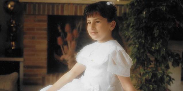 La imatge d'una nena vestida de primera comunió en una de les obres de l'exposició dedicada a Núria Güell