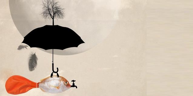 Una de las obras de la exposición muestra un pez con un globo en la cola y cubierto por un paraguas sobre el cual nace un árbol